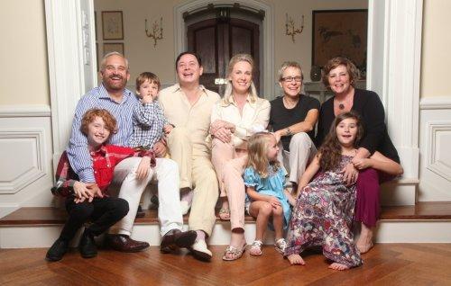Andrew Solomon (de branco) com sua família